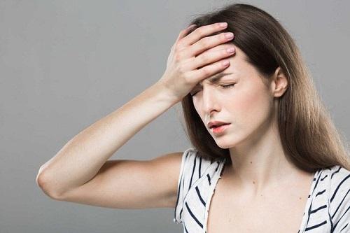 Chóng mặt, nhức đầu là dấu hiệu hạ huyết áp thường thấy