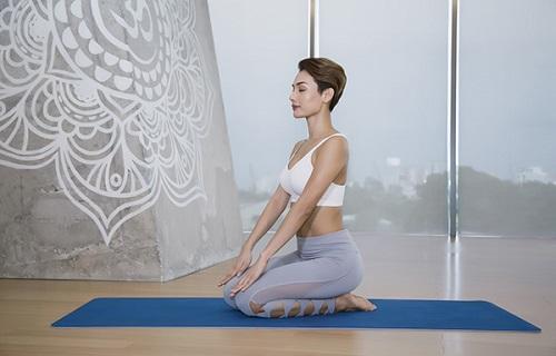 Bài tập yoga tư thế anh hùng giúp chữa đau thắt lưng