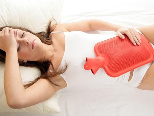 Chườm nóng bụng giúp giảm cảm giác buồn nôn khó chịu