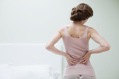 Đau ngang thắt lưng xuất hiện nhưng cơn đau kéo dài