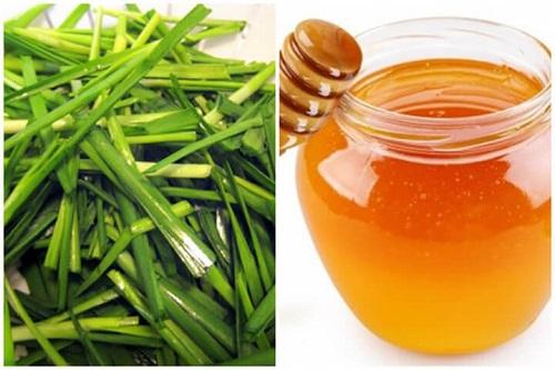 Mật ong kết hợp lá hẹ và đường phèn giúp chữa ho có đờm
