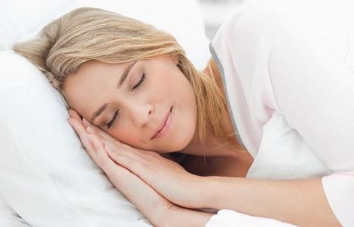 Ngủ đủ giấc giúp hạn chế tình trạng chóng mặt khi nằm