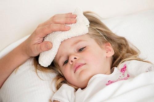 Chườm mát là cách hạ sốt nhanh cho trẻ tại nhà